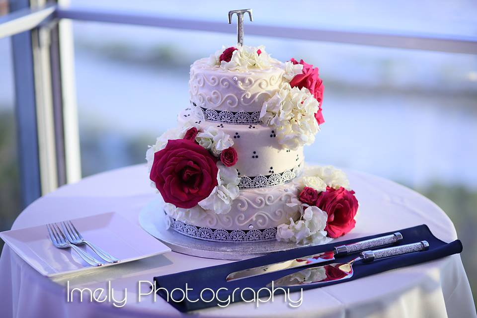Cake with Hydrangea and Roses