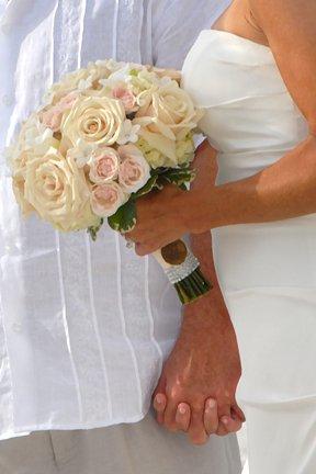 bridal-bouquet-of-roses-stephanotis