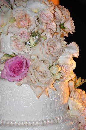 pink-roses-on-wedding-cake
