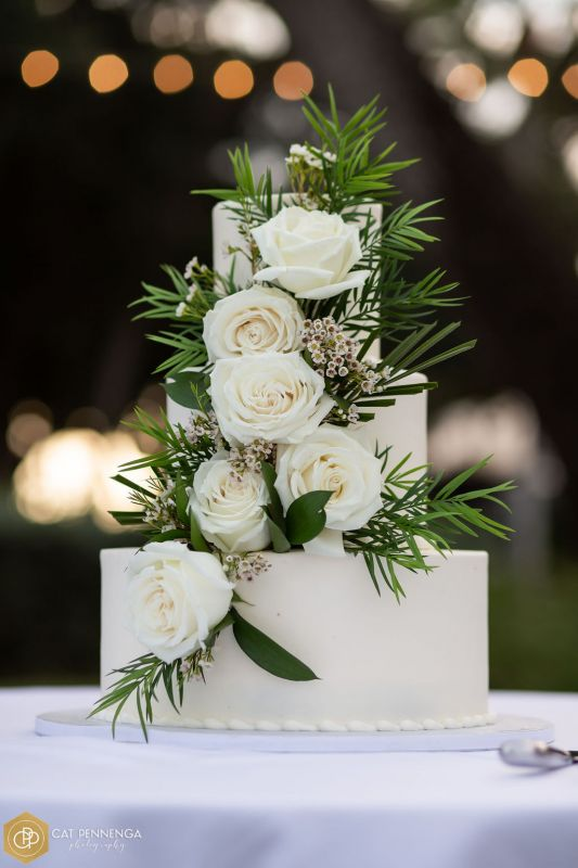 Rans-by-Ron-similar-cake-wiht-playa-blanca-roses-wh-wax-fls-greens