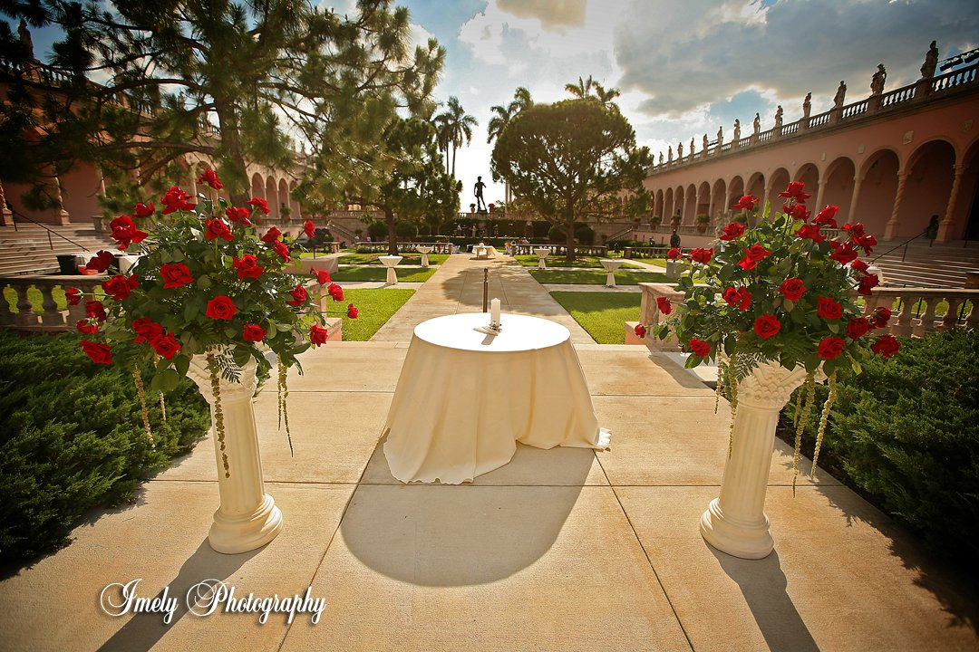 wedding ceremony-of-red-rose-at-ringling-courtyard