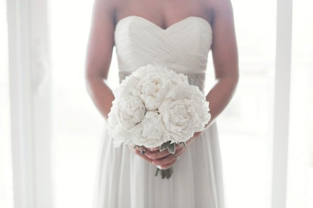 closeup-bride-with-peony-bq